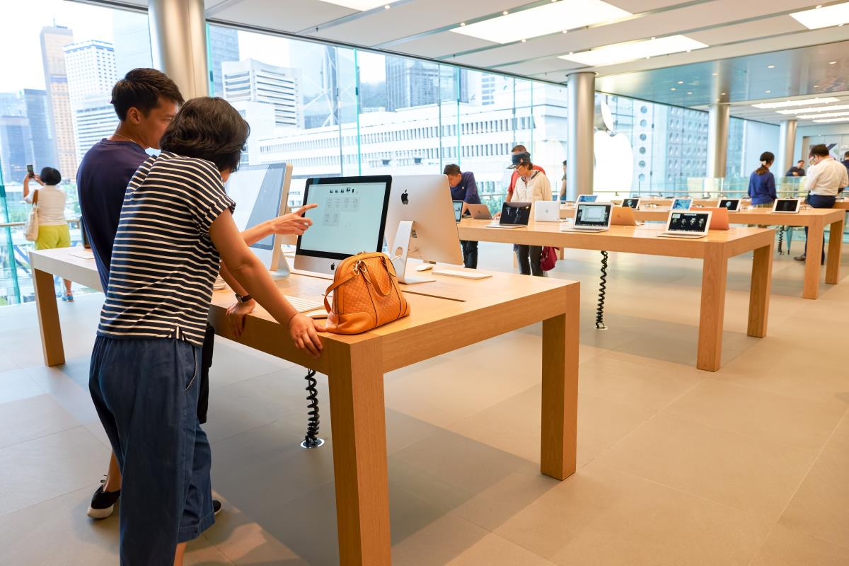 Apple stores integrating online and offline marketing efforts